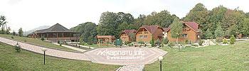 Три двухэтажные деревянные коттеджи с