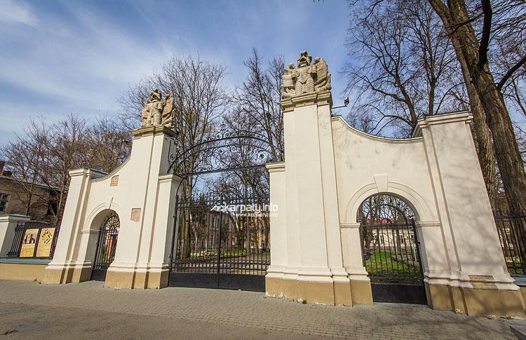 На території Палацу Потоцьких відбуваються геологічні дослідження (відеосюжет)