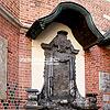 Памятная доска при входе в Мариацкий костел