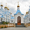 Свято-Духівський монастир-скит: зліва - новозбудований храм, справа - Собор Святого Духа