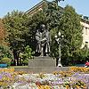 Памятник Т. Г. Шевченко около театра