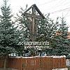 Деревянный крест на перекрестке